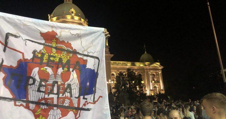 """Zastava """"NEMA PREDAJE"""" i studentski protest"""