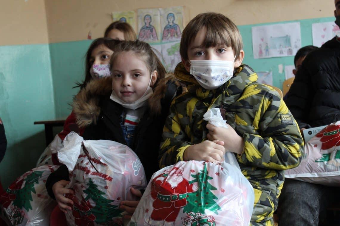 OSMEH ZA KOSMET: Paketići od studenata iz Srpske i Srbije podeljeni deci u enklavama